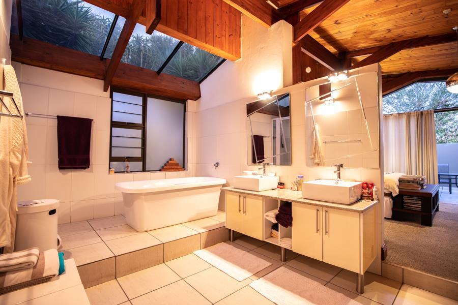 5 Bedroom House For Sale in Faerie Glen