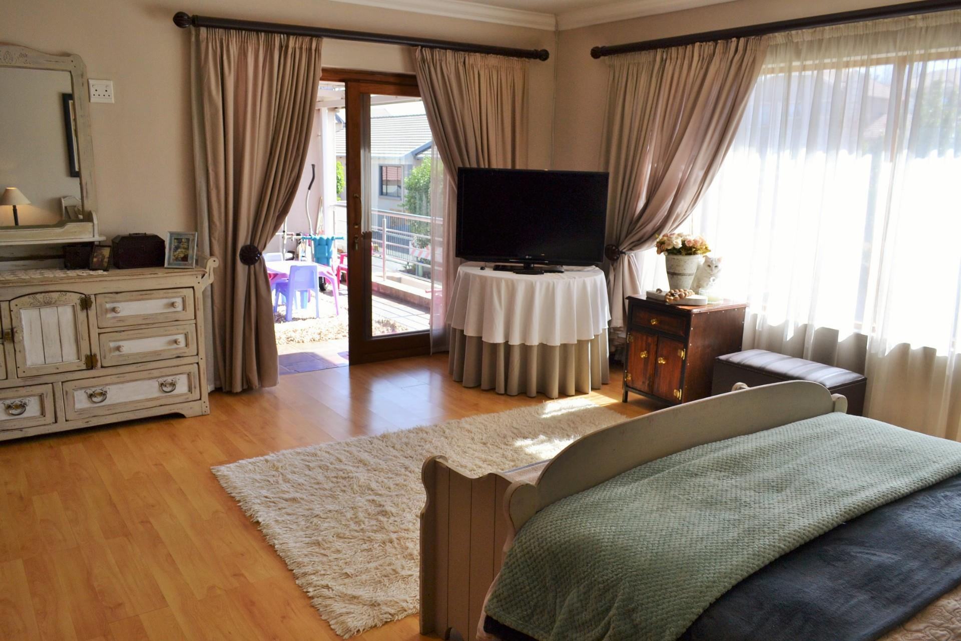 5 Bedroom House For Sale in Amberfield Valley