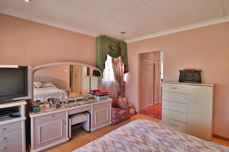 4 Bedroom House For Sale in Robertsham | RE/MAX™ of