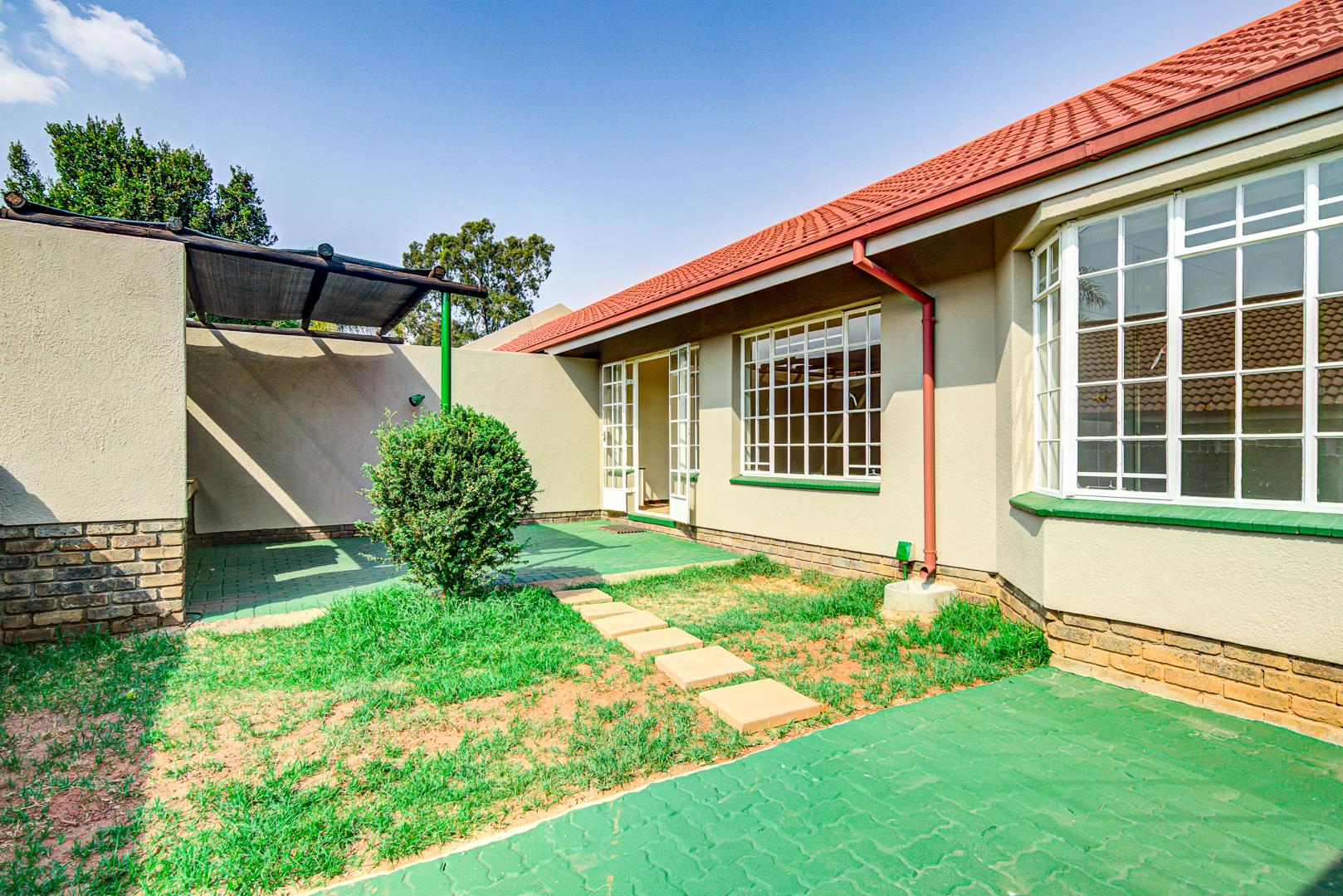 2 Bedroom Townhouse For Sale in Glen Marais
