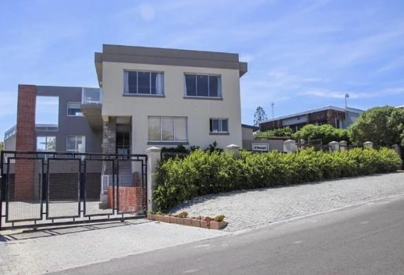 6 Bedroom House For Sale in Van Riebeeckstrand