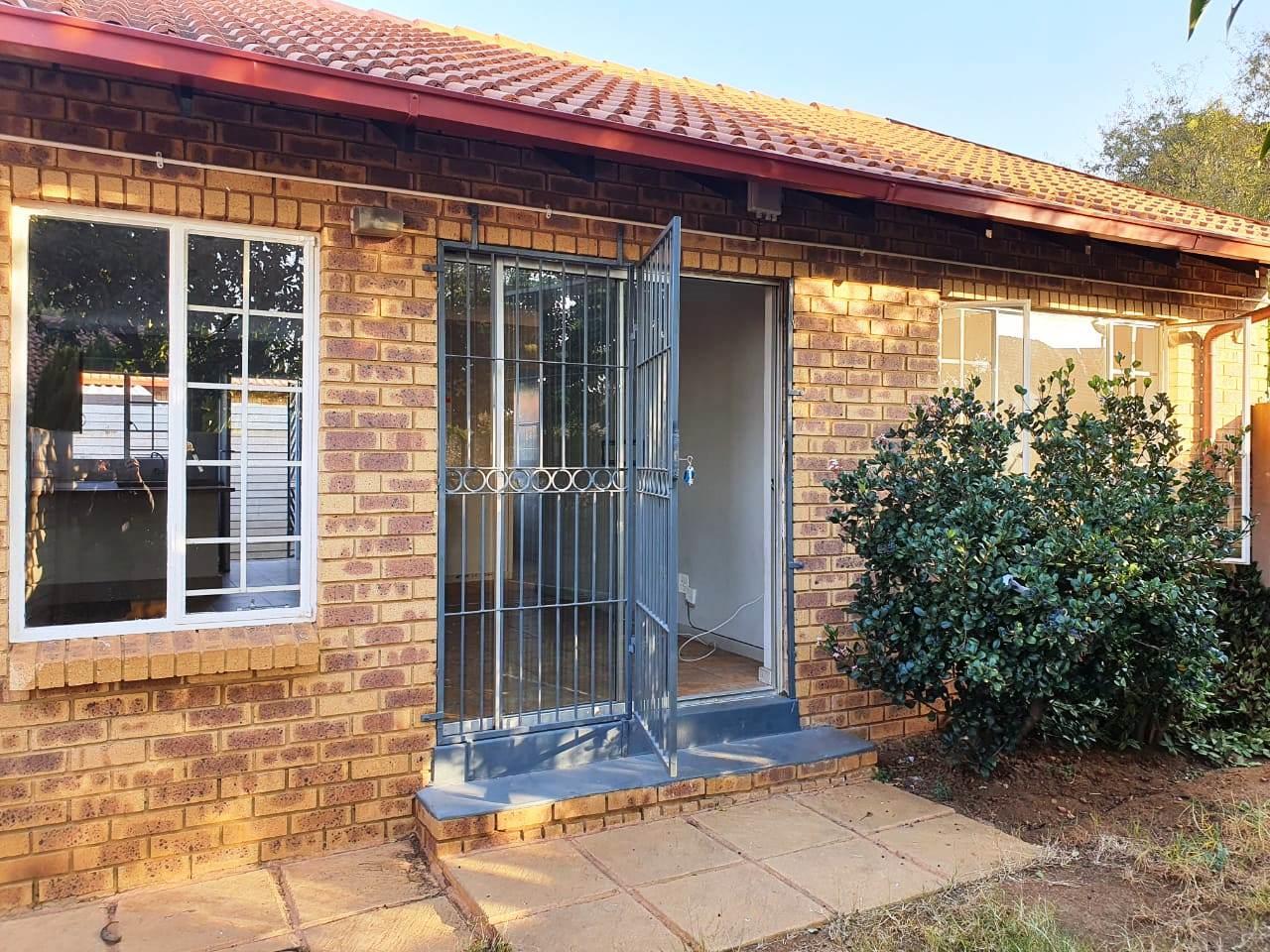 2 Bedroom Townhouse To Rent in Garsfontein