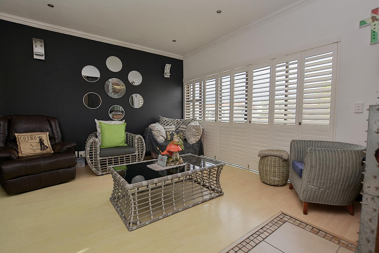 6 Bedroom House For Sale in Bloubergstrand
