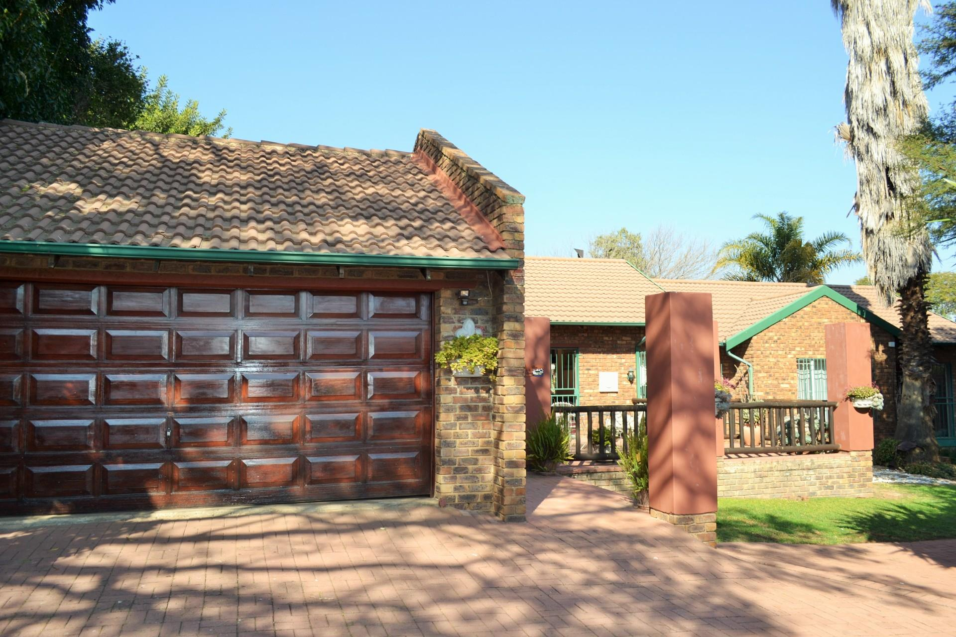 4 Bedroom House For Sale in Rooihuiskraal