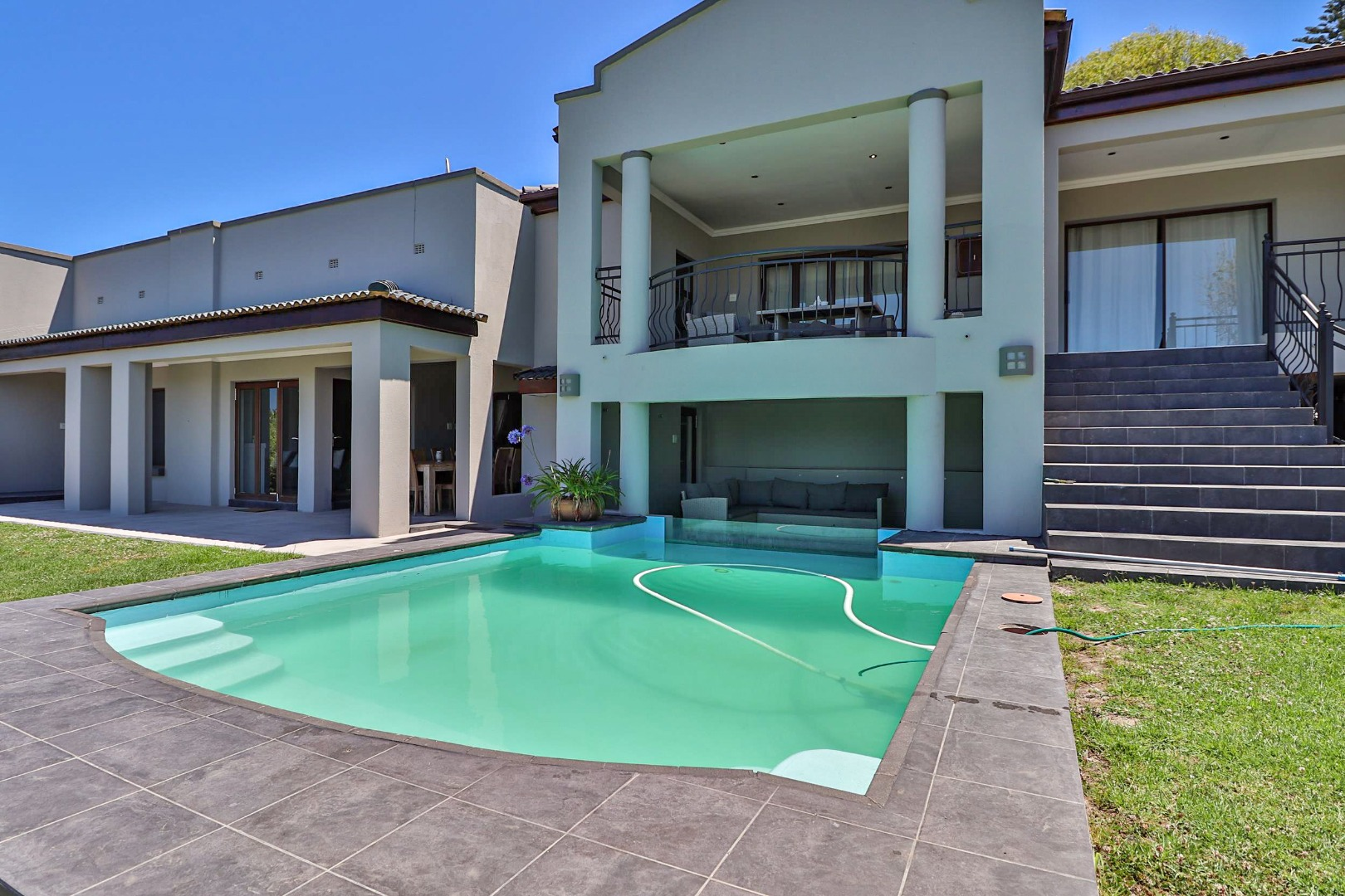 8 Bedroom House For Sale in Paradise