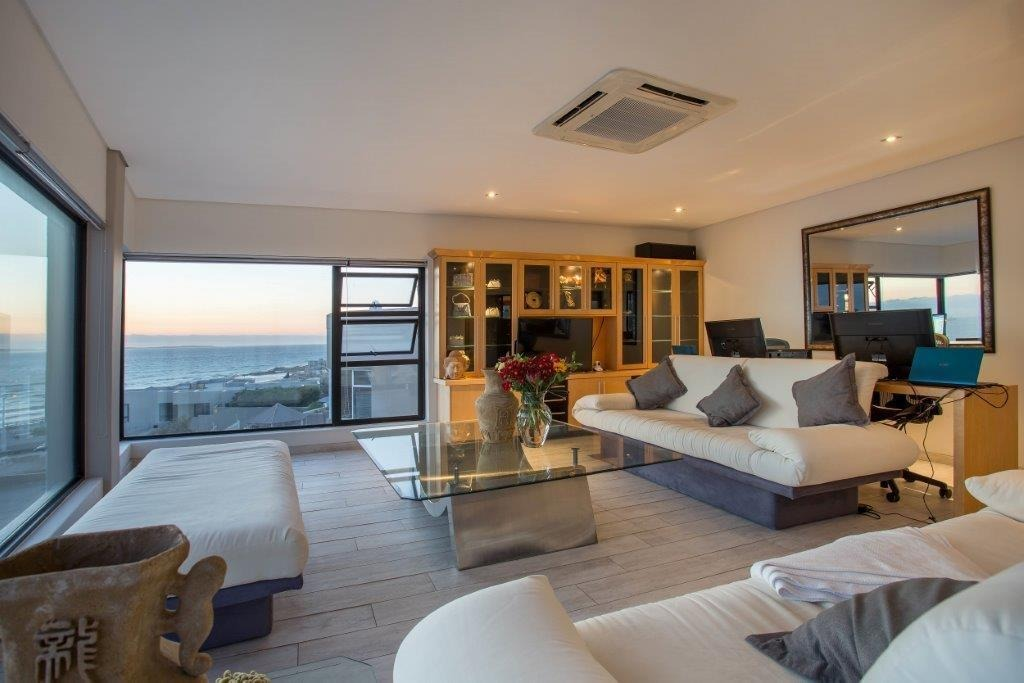 4 Bedroom House For Sale in Bloubergstrand
