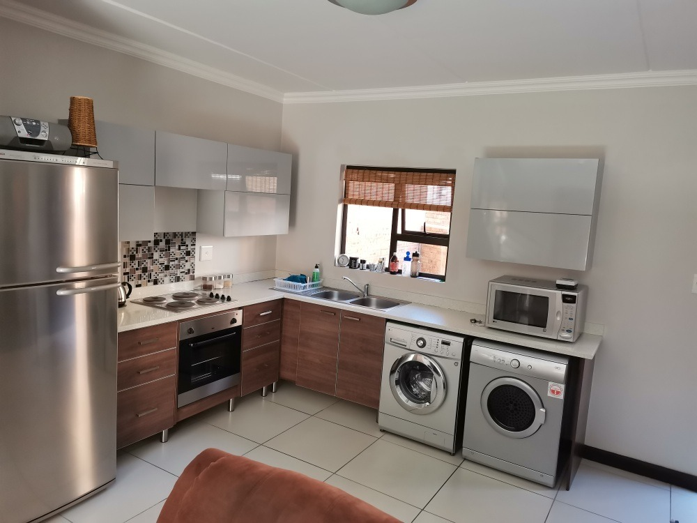 2 Bedroom Apartment / Flat For Sale in Rooihuiskraal North