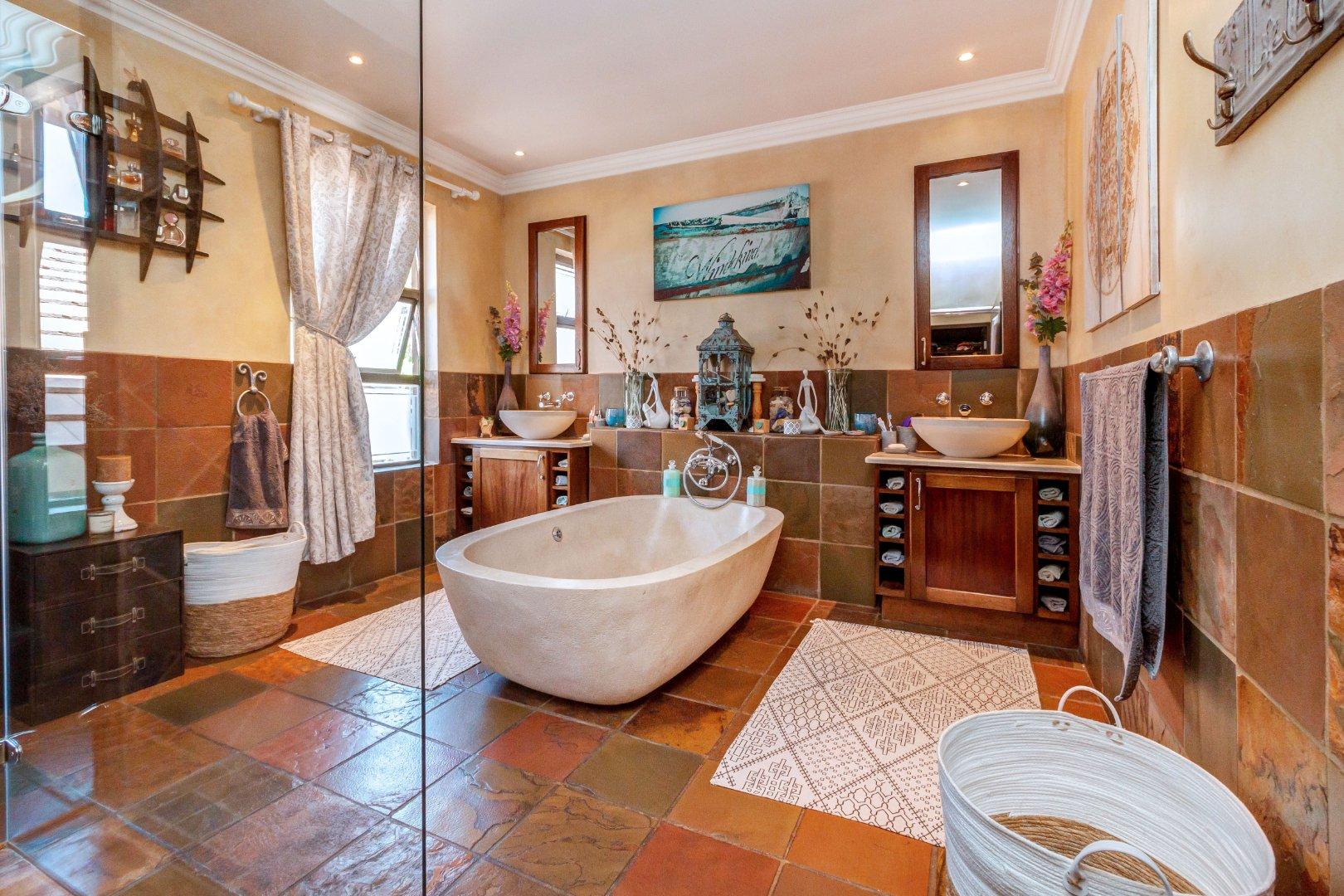 4 Bedroom House For Sale in Cedar Lakes