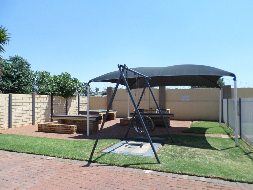 3 Bedroom Townhouse For Sale in Alberton North