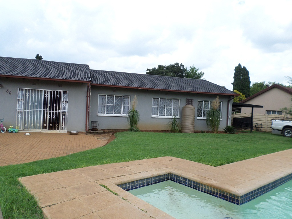 4 Bedroom House For Sale in Verwoerdpark