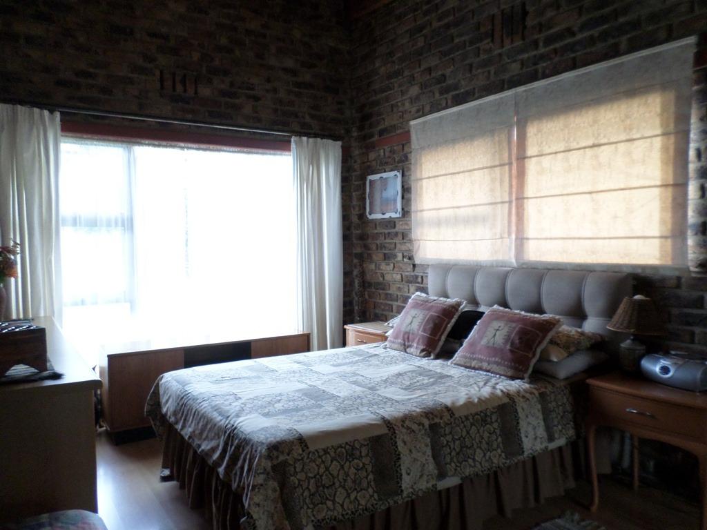 5 Bedroom House For Sale in Brackendowns