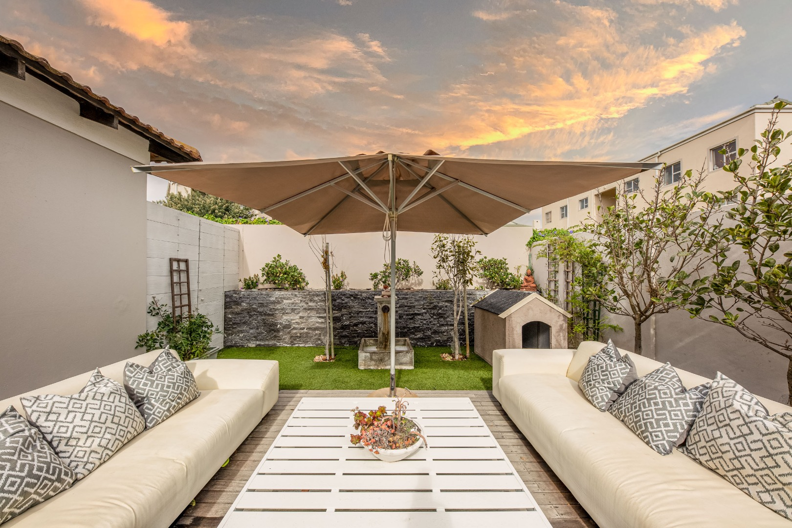 5 Bedroom House For Sale in Bloubergstrand
