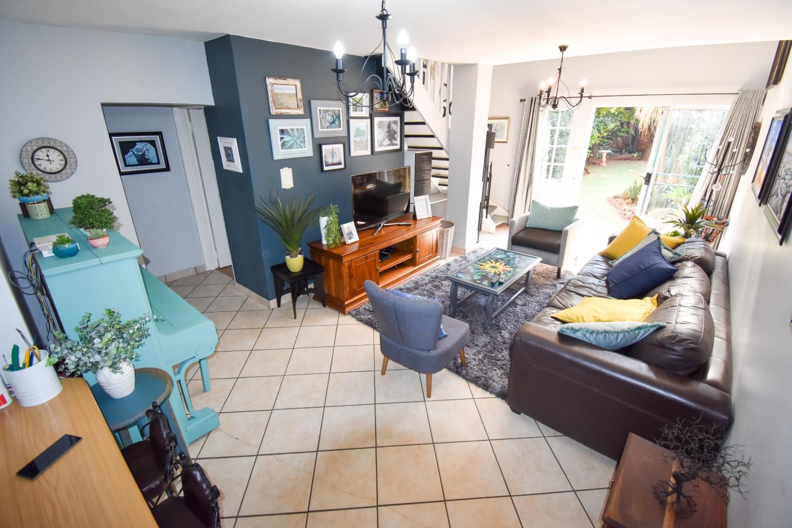 2 Bedroom Townhouse For Sale in Die Hoewes