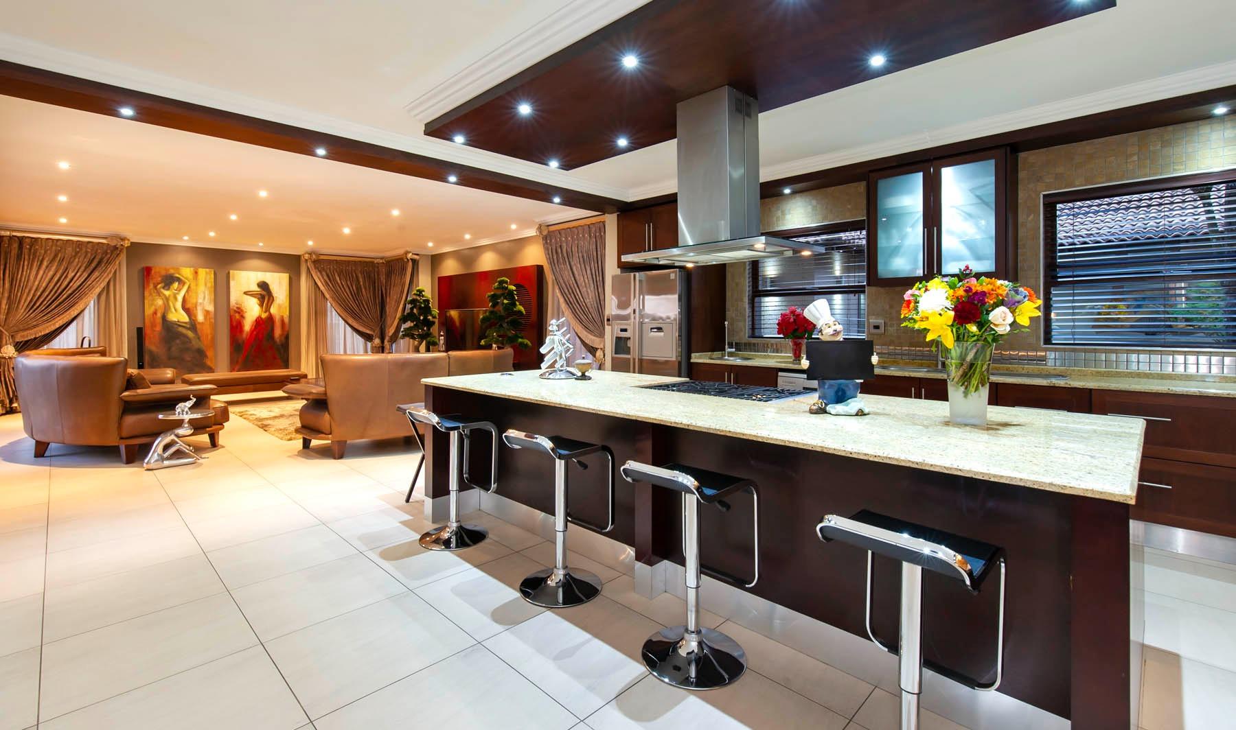 6 Bedroom House For Sale in Bedfordview