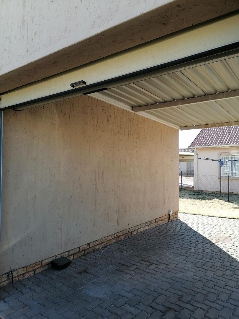3 Bedroom Townhouse For Sale in Helderwyk