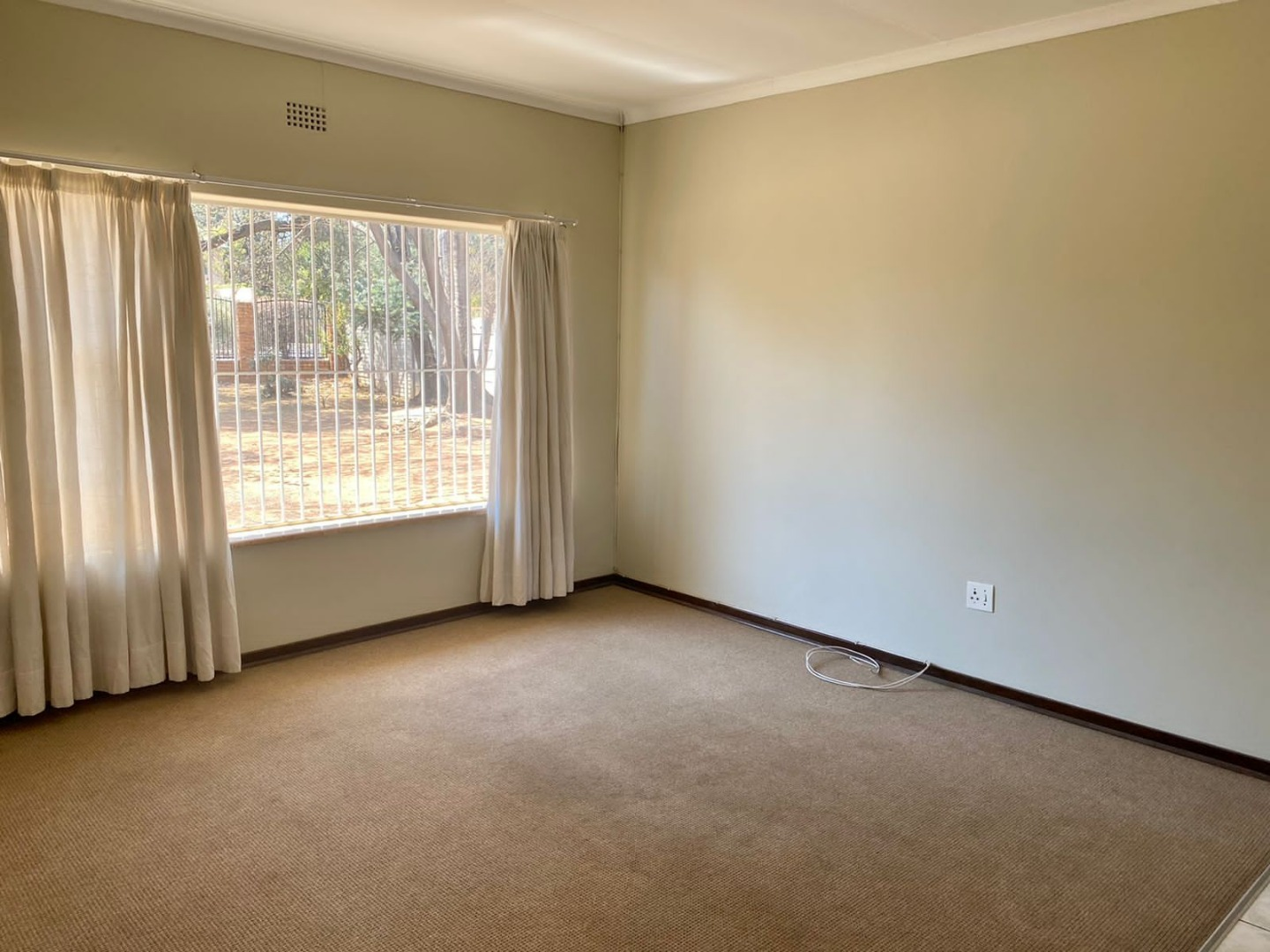 3 Bedroom House To Rent in Aston Manor
