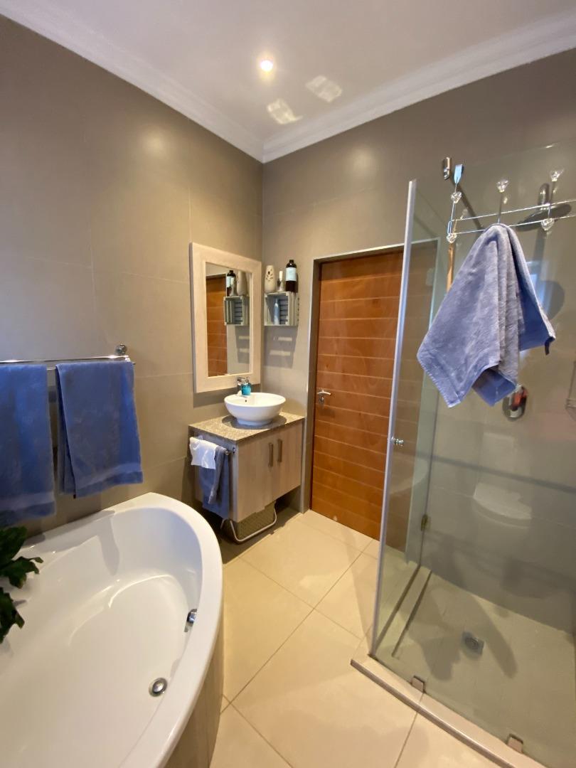 4 Bedroom House To Rent in Midstream Estate
